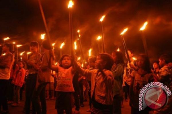 Ribuan umat Kristiani dari berbagai Gereja Kristen Injili (GKI) Klasis Sentani, Kabupaten Jayapura, Provinsi Papua, menggelar pawai obor Paskah mengenang kebangkitan Yesus Kristus, Minggu (1 - 4) dini hari.