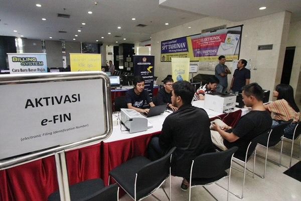 Petugas menjelaskan cara membuat pelaporan SPT Tahunan PPh Pajak Orang Pribadi dengan sistem online (E-Filing) kepada wajib pajak di Kantor Pelayanan Pajak Pratama (KPP) Madya Jakarta, Jakarta Pusat, Selasa (28 - 3).Antara/Reno Esnir