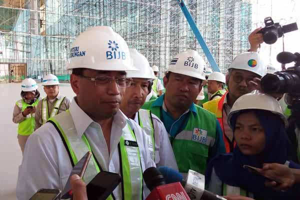 Menteri Perhubungan Budi Karya Sumadi  meninjau pembangunan Bandara Internasional Jawa Barat (BIJB) di Kertajati, Rabu (4/4/2018). Dia memerinci pembangunan sisi darat sudah sebesar 92%, sedangkan sisi udara sudah tuntas atau 100%. - Bisnis/Rio Sandy Pradana