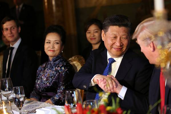 Presiden China Xi Jinping berjabat tangan dengan Presiden AS Donald Trump (paling kanan). Ikut mendamping Ibu Negara China Peng Liyuan saat makan malam pada awal pertemuan puncak 6-7 April 2017 di  Florida. - .Reuters