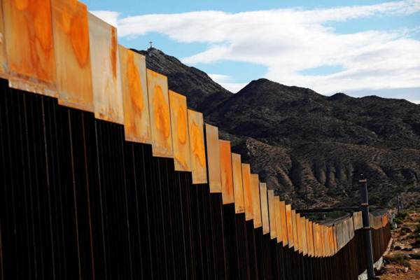 Pemandangan   yang menunjukkan bagian dari tembok perbatasan AS-Meksiko yang baru dibangun di Sunland Park, AS berhadapan dengan kota perbatasan Meksiko Ciudad Juarez, Meksiko, 9 November 2016. Gambar diambil dari sisi Meksiko perbatasan  AS- Meksiko - Reuters