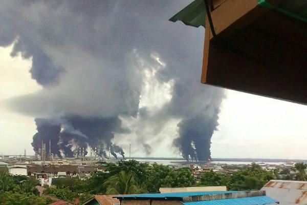tumpahan minyak yang terbakar di perairan Teluk Balikpapan, Sabtu (31/3/2018). - Istimewa