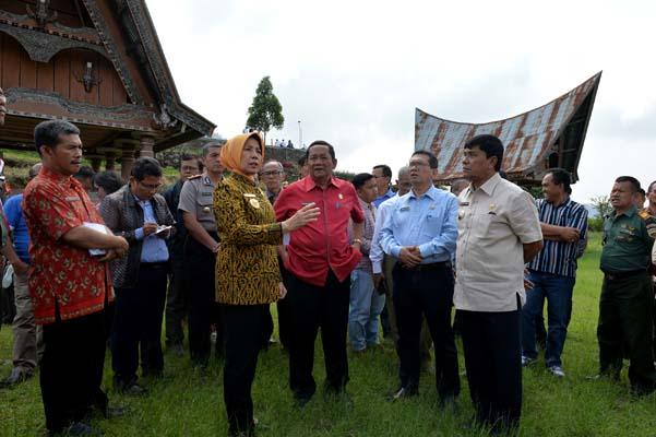 Wakil Gubernur Sumatra Utara Nurhajizah Marpaung (kedua kiri depan) meninjau lokasi Perayaan Paskah Nasional di Pusat Informasi Geopark Kaldera Danau Toba Sigulati, Kec. Sianjur Mula-Mula, Kabupaten Samosir, Sumut. - Istimewa