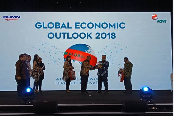 Dirut RNI Didik Prasetyo memberikan cinderamata kepada narasumber Global Economic Outlook 2018 di Royal Ball Room The Spring Royal, BSD Royal - .Rayful Mudassir