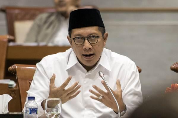 Menteri Agama Lukman Hakim Saifuddin (kiri) memaparkan program kerja saat rapat kerja Komisi VIII DPR di Kompleks Parlemen Senayan, Jakarta, Kamis (13/7). - ANTARA/M Agung Rajasa