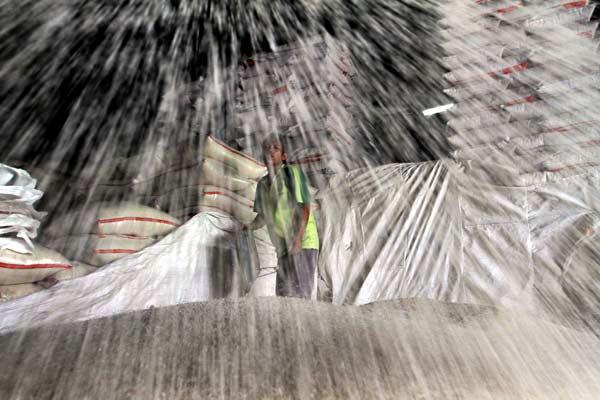 Pedagang menyortir beras - Bisnis/Dwi Prasetya