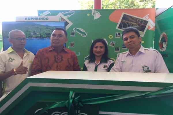 Managing Director Grab Indonesia Ridzki Kramadibrata (kanan), Ketua Kophrindo Weri Sulasmiaty (dua dari kanan) dan Ketua Komisi III DPRD Bali Nengah Tamba (tiga dari kanan) saat membuka stan Grab dan Kophrindo di Ngurah Rai