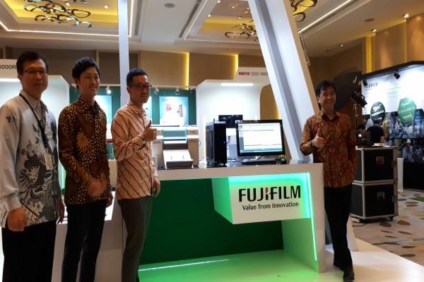Noriyuki Kawakubo, Presiden Direktur PT Fujifilm Indonesia (kanan) dalam pembukaan Fujifilm Fair 2018 di Jakarta, Selasa (10/4 - 2018).
