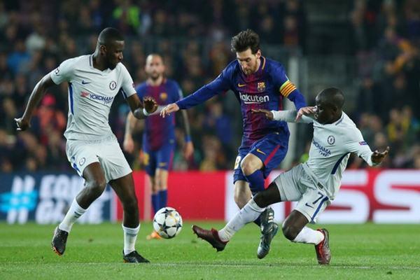Pemain Barcelona Lionel Messi dihadang dua pemain Chelsea Antonio Rudiger dan N'Golo Kante - Reuters
