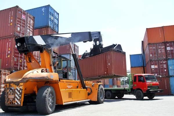 Alat pengangkut kontainer (Reach Stacker) dioperasikan untuk memindahkan kontainer ke atas truk, di Pelabuhan Cabang Makassar yang dikelola Pelindo IV. - JIBI/Paulus Tandi Bone