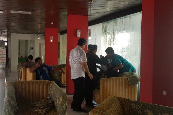 Siswa yang kesurupan sedang diberi pertolongan di LPP Convention Hotel, Sleman, Rabu (11/4/2018). - Harian Jogja/Salsabila Annisa Azmi