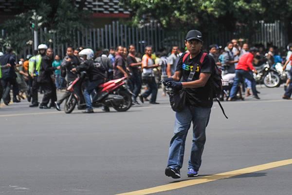 Salah satu pelaku penembakan saat aksi teror di Jalan MH Thamrin, kawasan Sarinah, Jakarta, Kamis (14/1). Sejumlah teroris melakukan penyerangan terhadap beberapa gedung dan pos polisi di kawasan tersebut yang mengakibatkan sejumlah korban tewas dan luka-luka. - Antara
