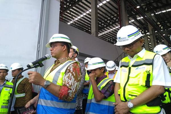 Gubernur DKI Jakarta Anies Baswedan meninjau lokasi Depo Mass Rapid Transit (MRT) Lebak Bulus didampingi Direktur Utama PT MRT Jakarta William Sabandar. Selain mengecek progress pembangunan Depo, Anies juga mengecek  rolling stock yang sudah dikirim dari Jepang - JIBI/ Feni Freycinetia