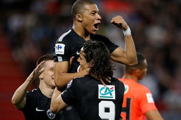 Penyerang PSG Kylian Mbappe (tengah) merayakan golnya ke gawang SM Caen dalam semifinal Piala Prancis. - Reuters/Stephane Mahe