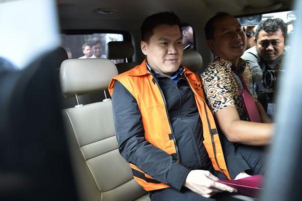 Tersangka kasus dugaan korupsi proyek pengadaan Kartu Tanda Penduduk elektronik (e-KTP) Andi Agustinus Narogong (kiri) meninggalkan Gedung Komisi Pemberantasan Korupsi usai pemeriksaan di Jakarta, Jumat (24/3). - Antara/Puspa Perwitasari