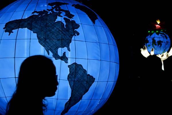Warga mengamati lampion berbentuk bola dunia yang dipajang saat kegiatan Malu Dong Festival, di Denpasar, Bali, Sabtu (22/4) malam. - Antara/Fikri Yusuf