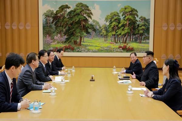 Pemimpin Korea Utara Kim Jong Un berbicara dengan delegasi Korea Selatan yang dipimpin oleh Chung Eui-yong di Pyongyang, Korea Utara, 6 Maret 2018. - Reuters