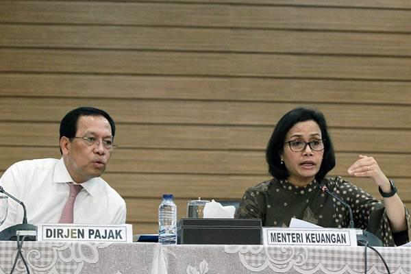 Menteri Keuangan Sri Mulyani Indrawati (kanan) memberikan paparan didampingi Dirjen Pajak Robert Pakpahan saat konferensi pers realisasi Anggaran Pendapatan dan Belanja Negara (APBN) triwulan pertama 2018, di Jakarta, Senin (16/4/2018). - JIBI/Dwi Prasetya