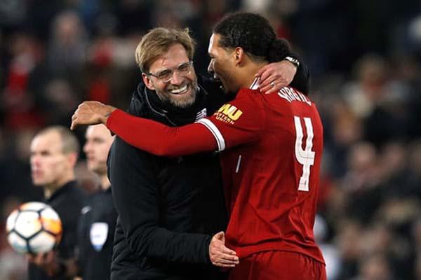 Bek Liverpool Virgil van Dijk (kanan) dan pelatih Jurgen Klopp - Reuters/Phil Noble