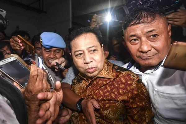 Terdakwa kasus korupsi KTP Elektronik Setya Novanto (kedua kanan) menuju mobil tahanan usai menjalani sidang putusan di pengadilan Tipikor, Jakarta Pusat, Selasa (24/4/2018). - ANTARA/Sigid Kurniawan