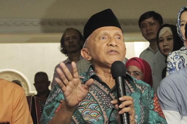 Politisi Senior PAN Amien Rais  memberikan keterangan kepada awak media tentang aliran dana kasus korupsi pengadaan alat kesehatan, di Jakarta, Jumat (2/6). - Antara/Muhammad Adimaja