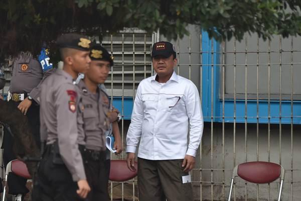Kepala BIN Jenderal Pol Budi Gunawan (kanan) meninjau lokasi ledakan bom di Terminal Kampung Melayu, Jakarta, Kamis (25/5). - Antara/Puspa Perwitasari