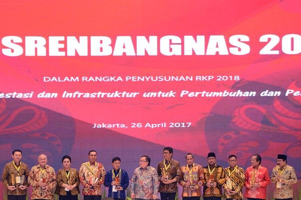 Kepala Badan Perencanaan Pembangunan Nasional (Bappenas) Bambang Brodjonegoro (tengah) bersama para kepala daerah yang menerima penghargaan Anugrah Pangripta Nusantara 2017 dalam pembukaan Musyawarah Perencanaan Pembangunan Nasional (Musrenbangnas) 2017, Jakarta, Rabu (26/4). - Antara/Rosa Panggabean