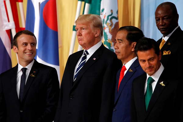 Presiden Prancis Emmanuel Macron (dari kiri ke kanan), Presiden AS Donald Trump, Presiden RI Joko Widodo, dan Presiden Meksiko Enrique Pena bersiap berfoto di Konferensi Tingkat Tinggi G-20 di Hamburg, Jerman, pada Jumat (7/7/2017). - Reuters/Wolfgang Rattay
