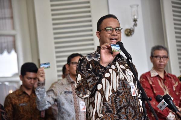 Gubernur DKI Jakarta Anies Baswedan memperlihatkan kartu Ok-Otrip, Kamis (14/12/2017). - Dok. Diskominfotik Pemprov DKI.