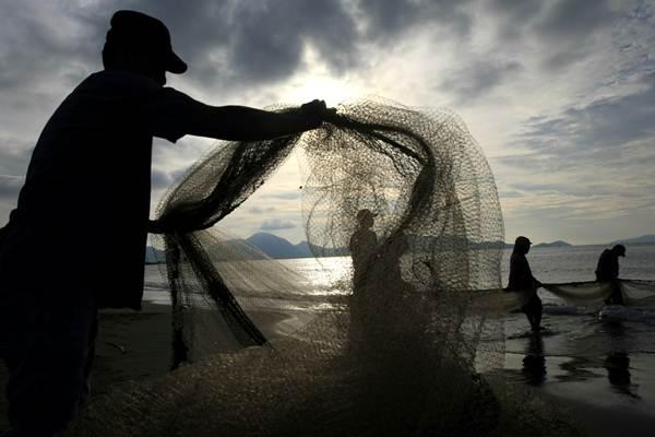 Nelayan tradisional mencari ikan dengan menggunakan alat tangkap pukat darat di pantai Kutaraja, Banda Aceh, Aceh - ANTARA/Irwansyah Putra