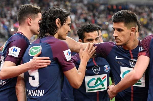 Para pemain PSG merayakan gol kedua ke gawang Les Herbiers yang dicetak Edinson Cavani (kedua kiri). - Reuters