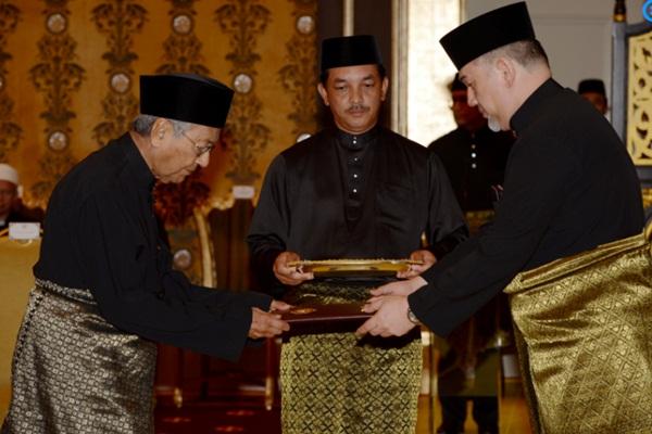 Mahathir saat dilantik menjadi Perdana Menteri Malaysia. - .Reuters
