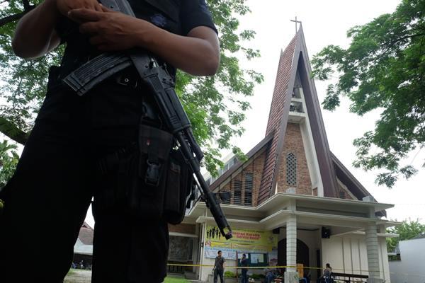 Anggota Brimob Polri melakukan penjagaan di halaman Gereja Katolik Stasi Santo Yosep - Antara
