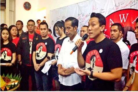 Diaz Hendropriyono (kanan) saat memimpin relawan Kawan Jokowi. - kawanjokowi.org