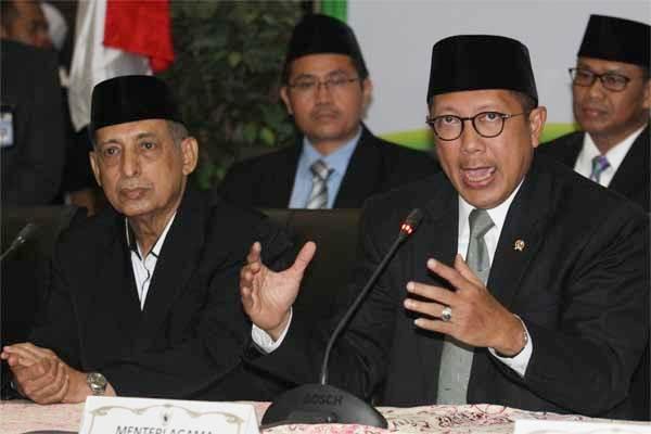 Menteri Agama Lukman Hakim Saifuddin (kanan) bersama Anggota Pertimbangan Majelis Ulama Indonesia MUI Abdullah Zaidi (kiri) memberikan keterangan kepada wartawan usai memimpin Sidang Isbat penentuan awal puasa 1438 H/2017 di Kementerian Agama, Jakarta. - Antara/Reno Esnir
