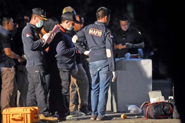 Sejumlah anggota Polisi melakukan identifikasi terhadap rumah terduga teroris pengeboman gereja di Wonorejo Asri, Rungkut, Surabaya, Jawa Timur, Minggu (13/5/2018). Dalam penggerebekan tersebut Densus 88 Mabes Polri melakukan distruptor (penguraian bahan peledak) yang diamankan dalam rumah atas nama Dita Upriyanto. - Antara/M. Risyal Hidayat
