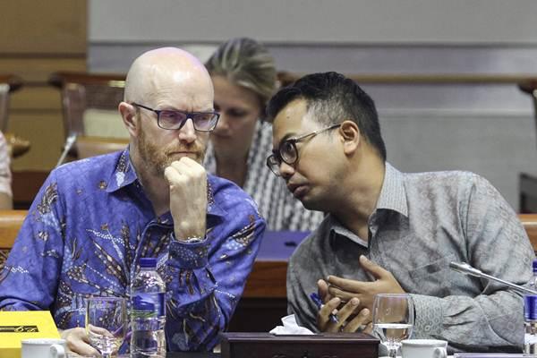 Kepala Kebijakan Publik Facebook Indonesia Ruben Hattari (kanan) dan Vice President and Public Policy Facebook Asia Pacific Simon Milner mengikuti rapat dengar pendapat umum dengan Komisi I DPR di Kompleks Parlemen Senayan, Jakarta, Selasa (17/4/2018). - ANTARA/Dhemas Reviyanto