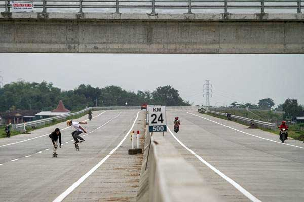Ilustrasi: Warga bermain skateboard di ruas jalan tol Solo-Ngawi, Karanganyar, Jawa Tengah, Senin (27/11). - ANTARA/Mohammad Ayudha