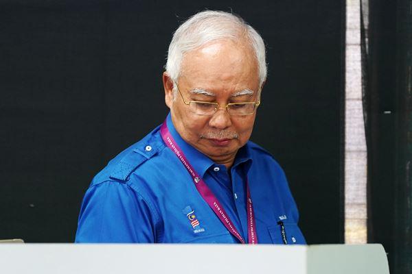 Perdana Menteri Malaysia Najib Razak dari Barisan Nasional (BN) mengikuti pemungutan suara di  Pekan, Pahang, Malaysia, Rabu (9/5). Malaysia menggelar pemilihan umum hari ini. - Reuters