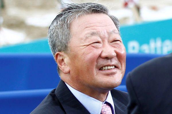 Chairman LG Group Koo Bon Moo ketika mengunjungi pabrik Compact Power Inc. di Holland, Michigan, AS, pada 2010. - Reuters/Kevin Lamarque