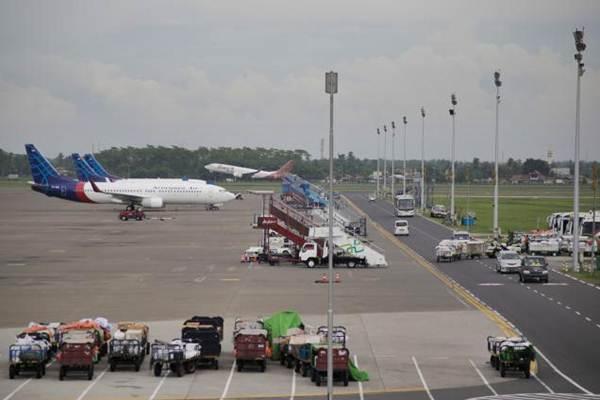 Pesawat Sriwijaya Air menunggu persiapan penerbangan di apron Terminal 3 Bandara Soekarno-Hatta, Tangerang, Banten, Senin (11/12). - JIBI/Felix Jody Kinarwan