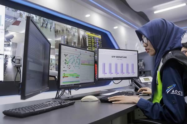 Petugas mengawasi aktivitas di area Bandara Sultan Aji Muhammad Sulaiman (SAMS) Sepinggan dari ruang Airport Operation Control Center (AOCC) di Balikpapan, Jumat (2/3/2018). - JIBI/Felix Jody Kinarwan