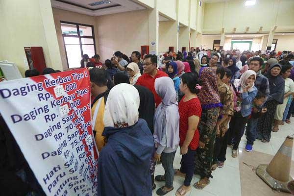 Warga antre membeli daging saat operasi pasar daging murah di Toko Tani Indonesia, Jakarta, Kamis (22/6). - Antara/Reno Esnir