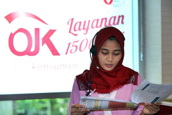 Karyawati beraktivitas di call center Otoritas Jasa Keuangan (OJK), di Jakarta - JIBI/Abdullah Azzam