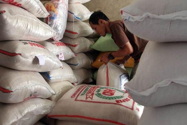 Pedagang menyusun karung berisi beras di pasar tradisional, Gondangdia, Jakarta, Rabu (10/1). - JIBI/Endang Muchtar