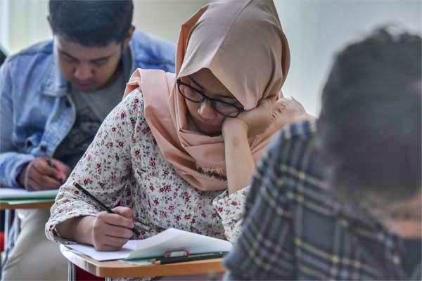 Peserta mengerjakan soal ujian Seleksi Bersama Masuk Perguruan Tinggi Negeri (SBMPTN) 2017 di Universitas Negeri Jakarta, Selasa (16/5). - Antara/Hafidz Mubarak A