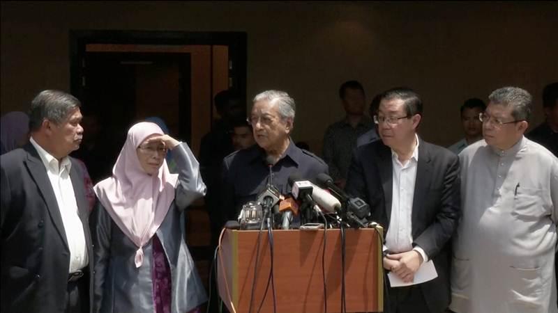 Perdana Menteri Malaysia yang baru, Mahathir Mohamad diapit oleh presiden Amanah Mohamad Sabu (kiri), presiden PKR Wan Azizah Wan Ismail, dan sekretaris jenderal DAP, Lim Guan Eng (dua dari kanan) dalam konferensi pers di Petaling Jaya, Selangor, Malaysia pada Jumat (11/5/2018) - Reuters