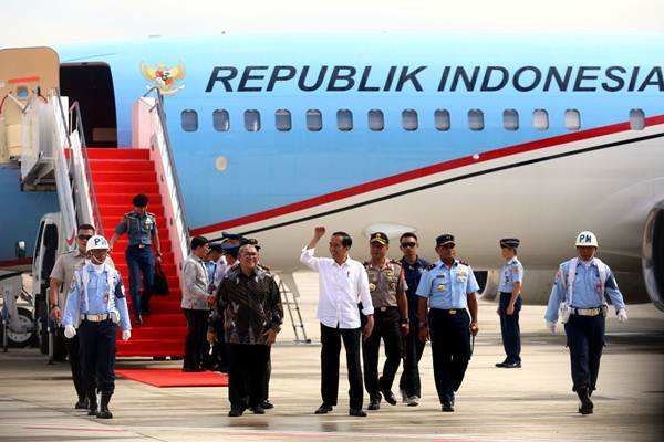 Presiden Joko Widodo (kedua kiri) disambut Gubernur Jabar Ahmad Heryawan (kiri), Kapolda Jabar  Agung Budi Maryoto (kedua kanan) dan  Pangkoopsau I Nanang Santoso (kanan) seusai pendaratan perdana Pesawat Kepresidenan di Bandara Internasional Jawa Barat (BIJB) Kertajati, Kabupaten Majalengka, Jawa Barat, Kamis (24/5/2018). - JIBI/Rachman