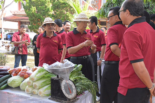 Gubernur Bali Made Mangku Pastika (kedua kanan depan) saat meresmikan Toko Tani Indonesia (TII) di Kantor Dinas Ketahanan Pangan Bali. - Bisnis.com/Feri Kristianto