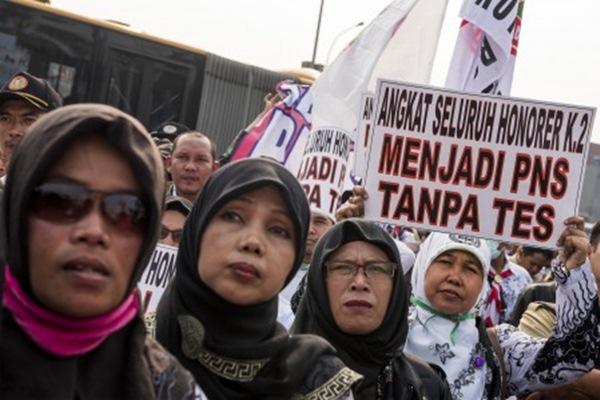 Ribuan guru honorer yang tergabung dalam Persatuan Guru Republik Indonesia (PGRI) menggelar aksi mogok dan unjuk rasa di depan gedung DPR/MPR, Jakarta, Selasa (15/9/2015). Mereka yang datang dari berbagai daerah di Tanah Air itu meminta kepada pemerintah untuk mengangkat status mereka dari honorer menjadi pegawai negeri sipil (PNS). - Antara